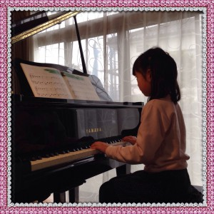 ピアノ弾いているrちゃん
